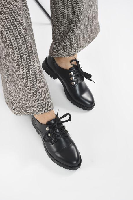 Schnürschuhe I Love Shoes THALORE schwarz ansicht von unten / tasche getragen
