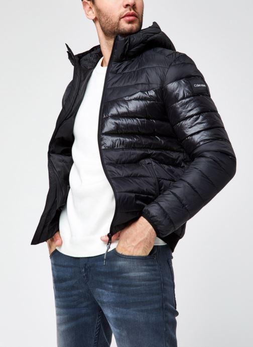 Vêtements Calvin Klein Recycled Nylon Hooded Jacket Noir vue détail/paire