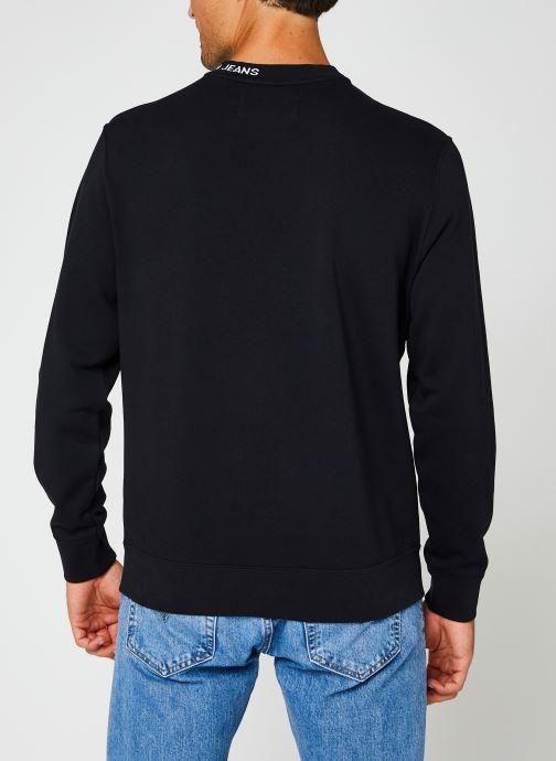Vêtements Calvin Klein Jeans Center Monogram Crew Neck Noir vue portées chaussures