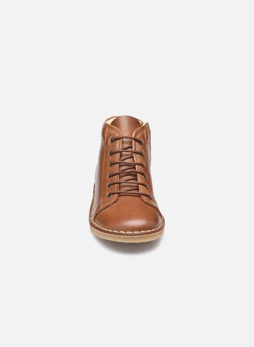 Scarpe con lacci Young Soles Fletcher Marrone modello indossato