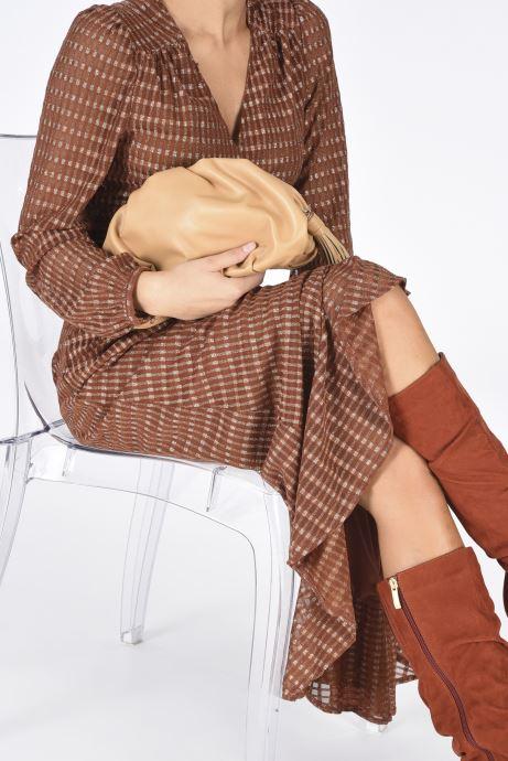 Mini Bags Rebecca Minkoff Ruched Clutch braun ansicht von unten / tasche getragen
