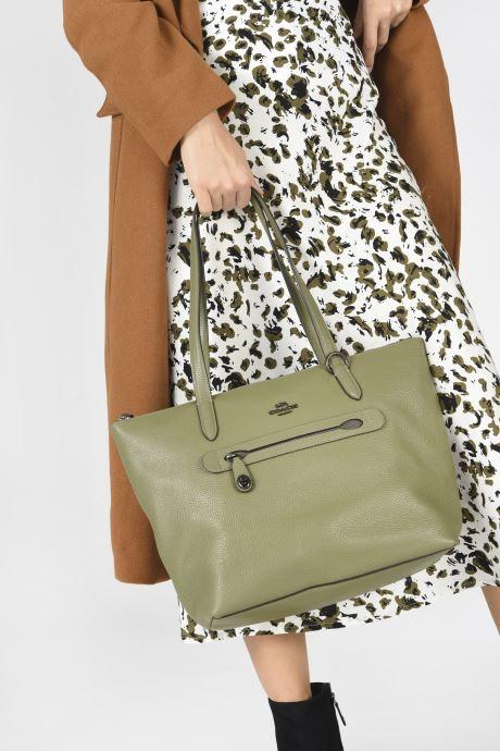 Handtaschen Coach Taylor Tote grün ansicht von unten / tasche getragen