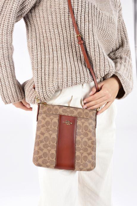 Handtaschen Coach Kitt braun ansicht von unten / tasche getragen