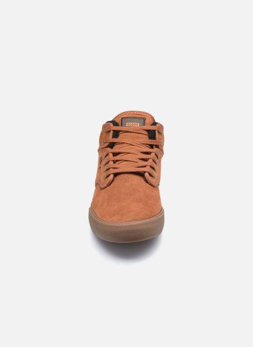 Sneakers Globe Motley mid Fur C Marrone modello indossato