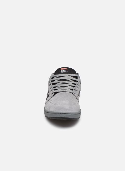 Sneakers Globe Ocatve Mid C Grigio modello indossato
