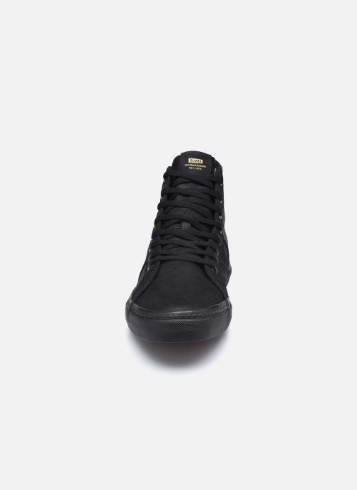 Sneakers Globe Los Angered  C Nero modello indossato