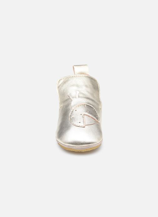 Pantofole Naturino Dlon Piuma Oro e bronzo modello indossato