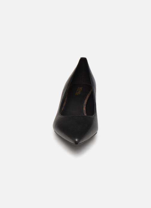 Zapatos de tacón Michael Michael Kors SARA  FLEX KITTEN PUMP Negro vista del modelo