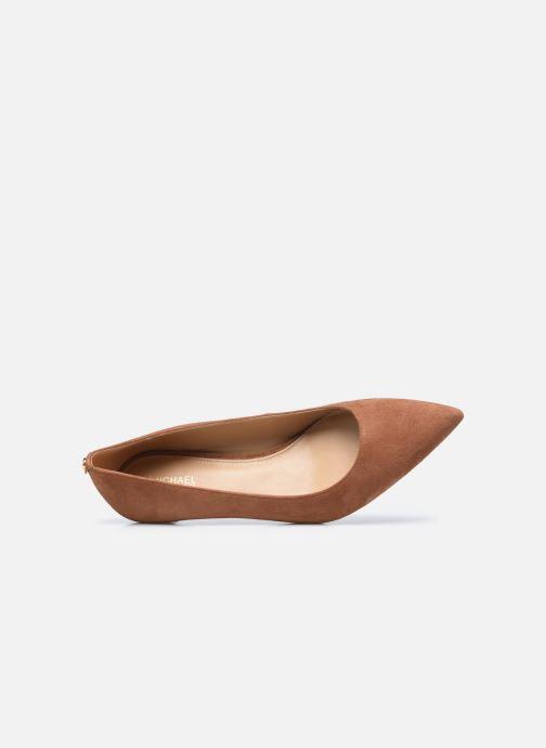 Zapatos de tacón Michael Michael Kors SARA  FLEX KITTEN PUMP Marrón vista lateral izquierda