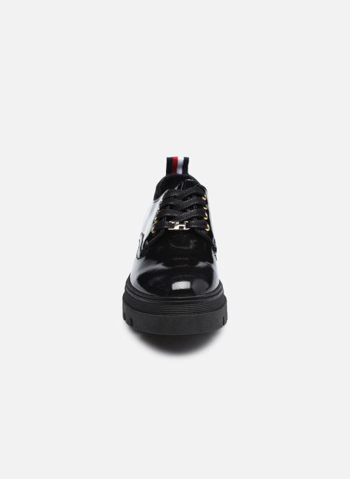 Snøresko Tommy Hilfiger RUGGED CLASSIC PATENT SHOE Sort se skoene på