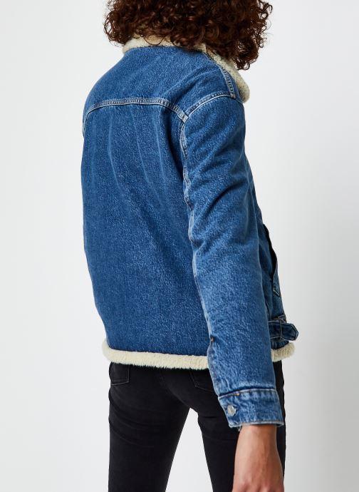Vêtements Calvin Klein Jeans Sherpa Moto Denim Jacket Bleu vue portées chaussures