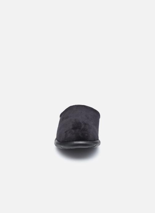 Pantuflas Isotoner Mule Ergonomique EveryWear Microvelours Negro vista del modelo