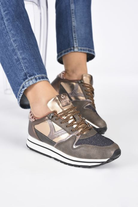 Sneaker Victoria Cometa Multimaterial Br braun ansicht von unten / tasche getragen
