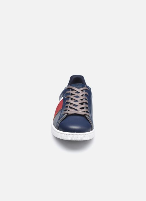 Sneakers Victoria Tenis Piel Vegana Detall Azzurro modello indossato