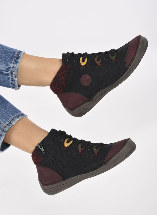 Sneaker Rieker Juliette weinrot ansicht von unten / tasche getragen