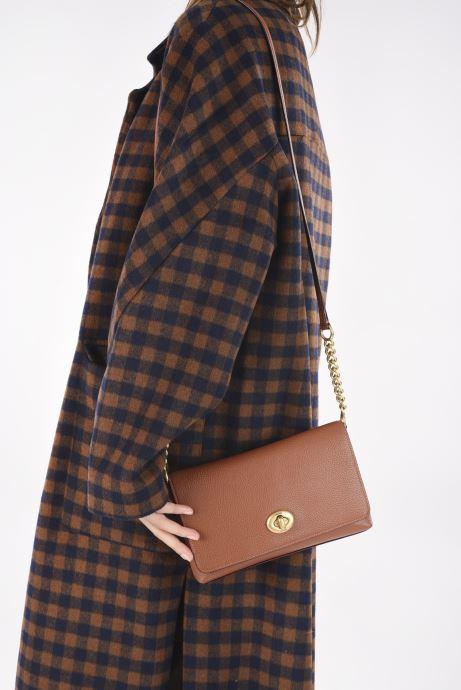Handtaschen Coach Crsstown Xbody braun ansicht von unten / tasche getragen