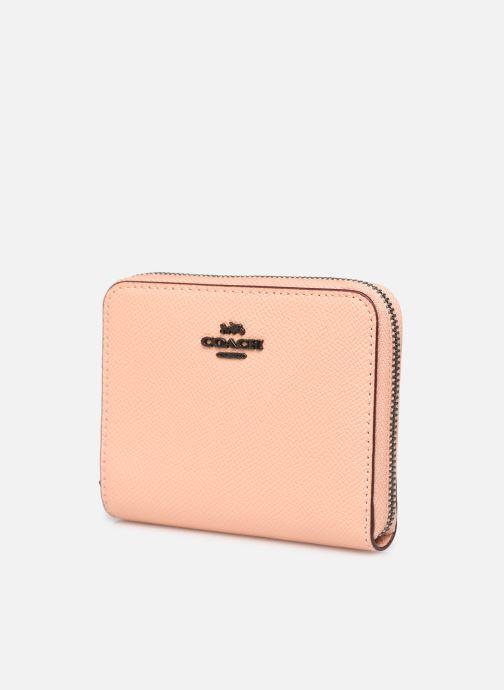 Pelletteria Coach Small Zip Around Wallet Rosa modello indossato