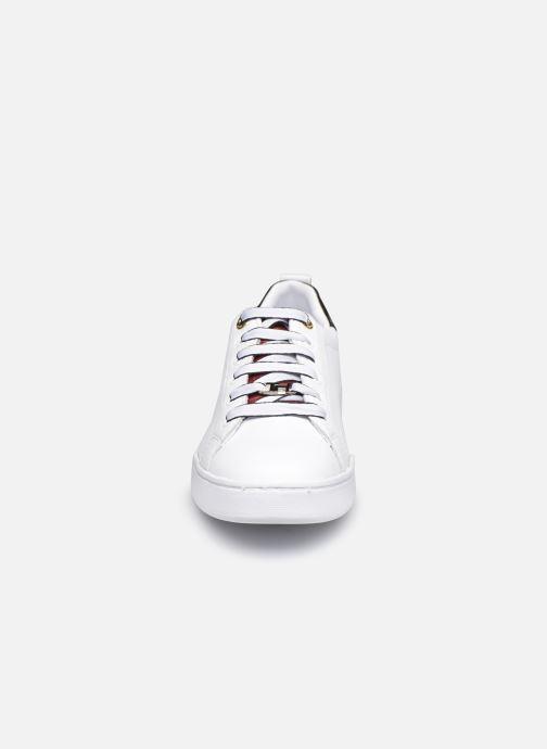 Sneaker Tommy Hilfiger BRANDED OUTSOLE CROC SNEAKER weiß schuhe getragen