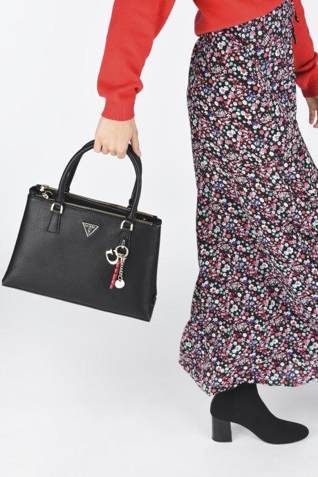 Handtaschen Guess BECCA SATCHEL schwarz ansicht von unten / tasche getragen
