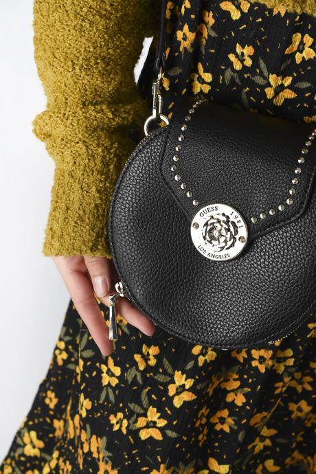 Handtaschen Guess BELLE ISLE MINI ROUND CASE schwarz ansicht von unten / tasche getragen