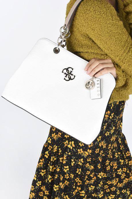 Sacs à main Guess CHIC SHINE LARGE GIRLFRIEND SATCHEL Blanc vue bas / vue portée sac
