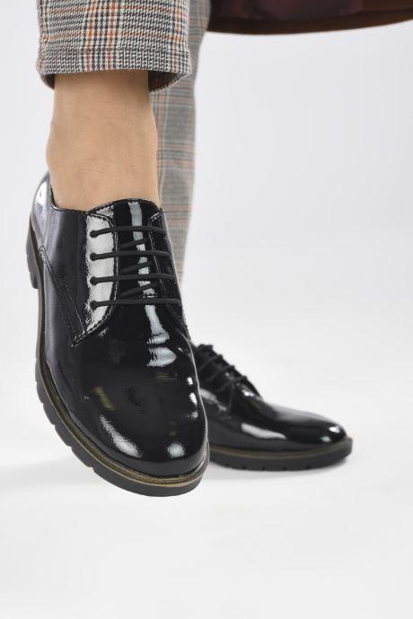 Schnürschuhe Tamaris Calista schwarz ansicht von unten / tasche getragen