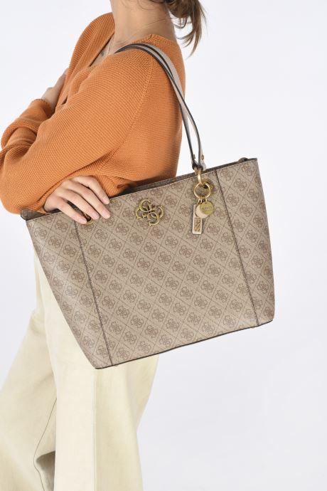 Handtaschen Guess NOELLE braun ansicht von unten / tasche getragen