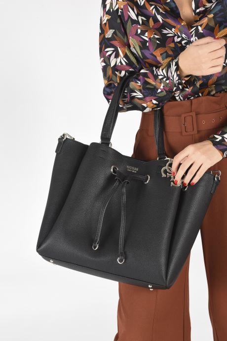 Handtaschen Guess DIGITAL DROWTRING BUCKET schwarz ansicht von unten / tasche getragen