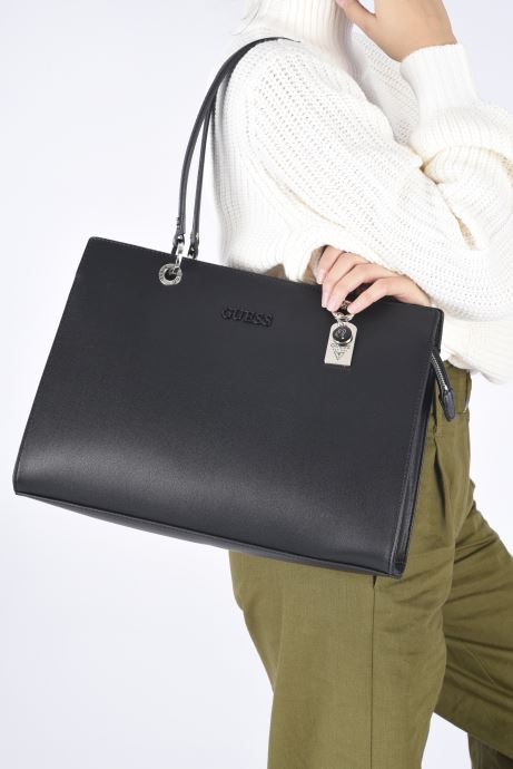 Handtaschen Guess ISLA ELITE CARRYALL schwarz ansicht von unten / tasche getragen