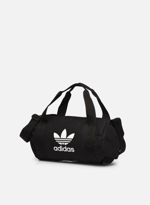Borsa da palestra adidas originals Ac Shoulder Bag Nero modello indossato