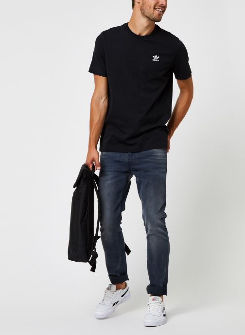 Vêtements adidas originals Essential Tee Noir vue bas / vue portée sac
