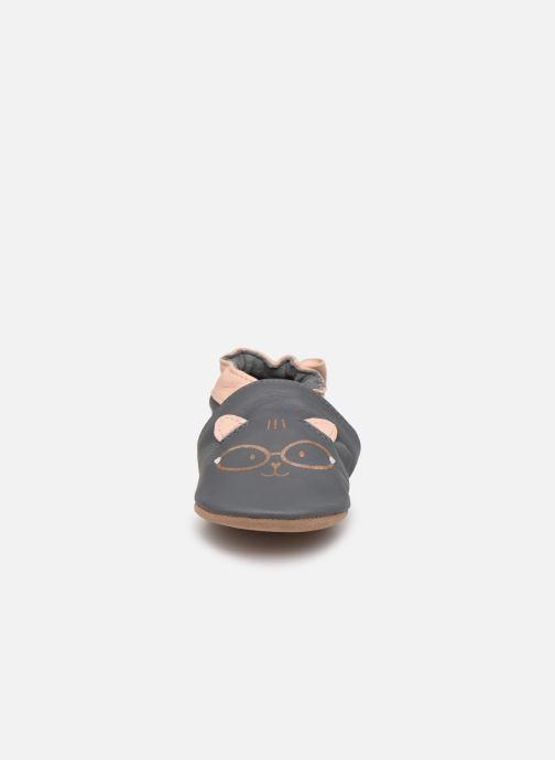 Pantuflas Robeez Nerd Cat Gris vista del modelo