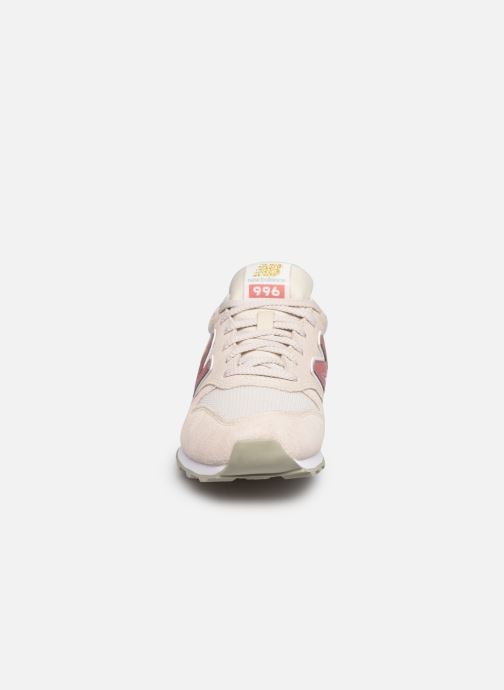 Baskets New Balance WL996 W Beige vue portées chaussures