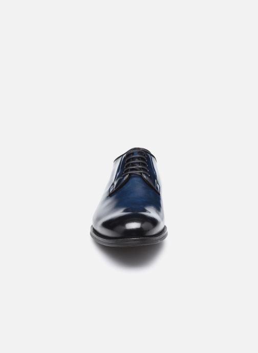 Scarpe con lacci Santoni NEW PORT Azzurro modello indossato