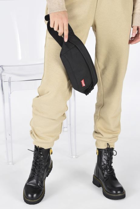 Sacs à main Levi's Medium Banana Sling - Embroidered Batwing Noir vue bas / vue portée sac