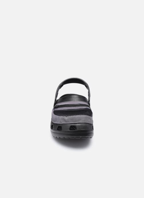 Sandali e scarpe aperte Crocs Classic Venture Pack Clog Nero modello indossato