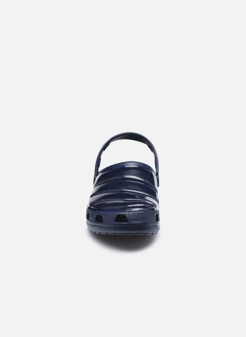 Sandali e scarpe aperte Crocs Classic Neo Puff Clog Azzurro modello indossato