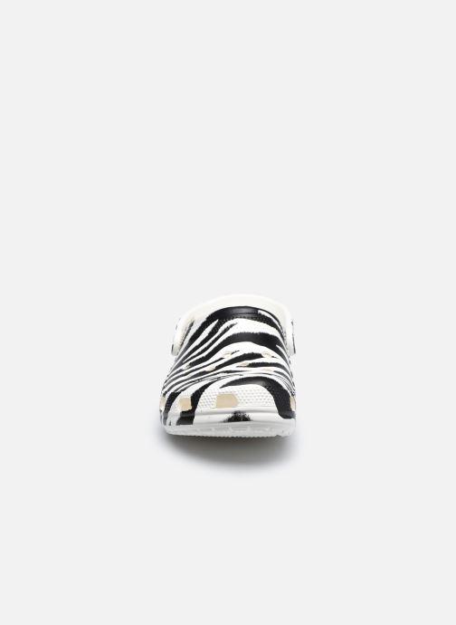 Mules et sabots Crocs Classic Animal Print Clog W Blanc vue portées chaussures