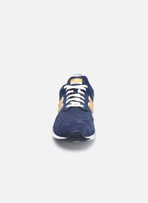 Sneakers New Balance YS009 Azzurro modello indossato