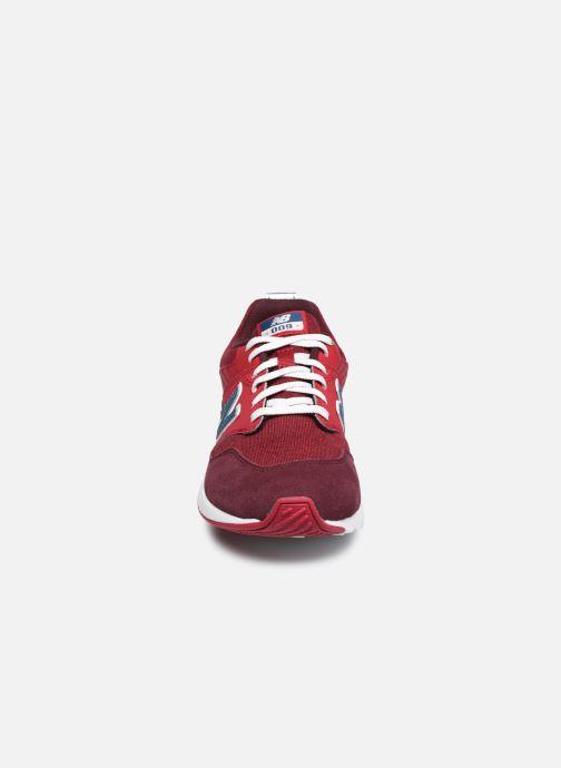 Sneakers New Balance YS009 Rosso modello indossato