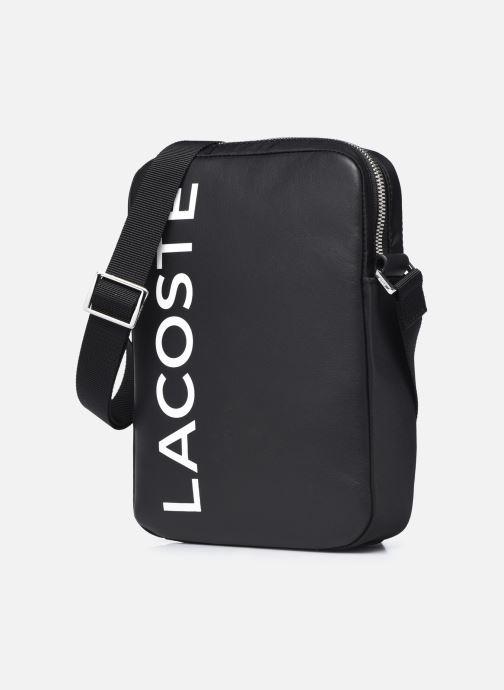 Borse uomo Lacoste L.12.12 Cuir Animation M Vertical Camera Bag Nero modello indossato