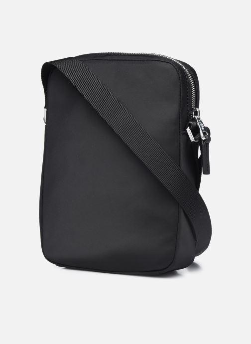 Herrentaschen Lacoste L.12.12 Cuir Animation M Vertical Camera Bag schwarz ansicht von rechts