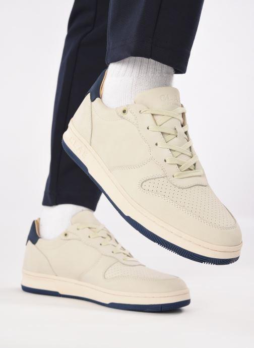 Sneaker Clae Malone M beige ansicht von unten / tasche getragen