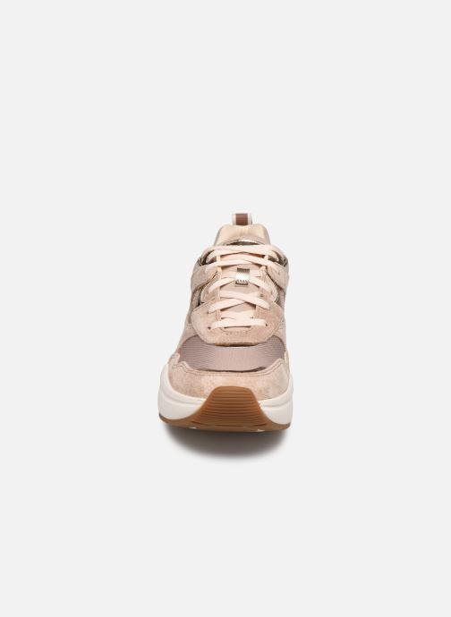 Sneakers UGG LA Hills Rosa modello indossato