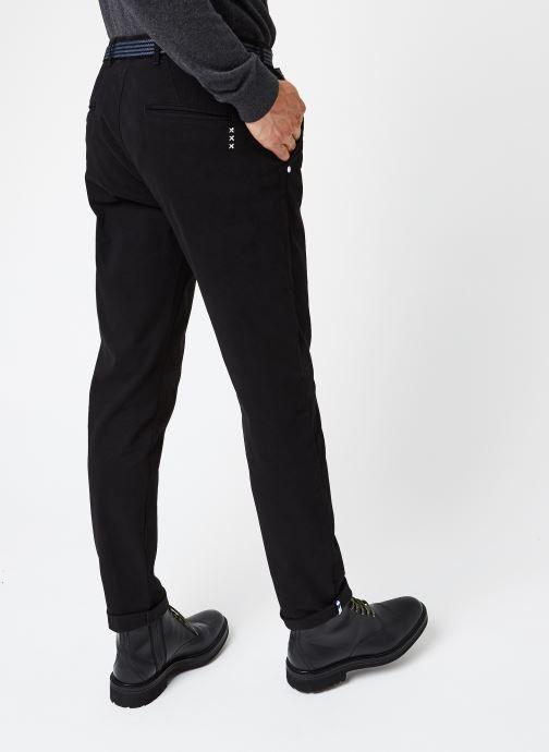 Vêtements Scotch & Soda Stuart Peached Twill Chino With Give Away Belt Noir vue portées chaussures