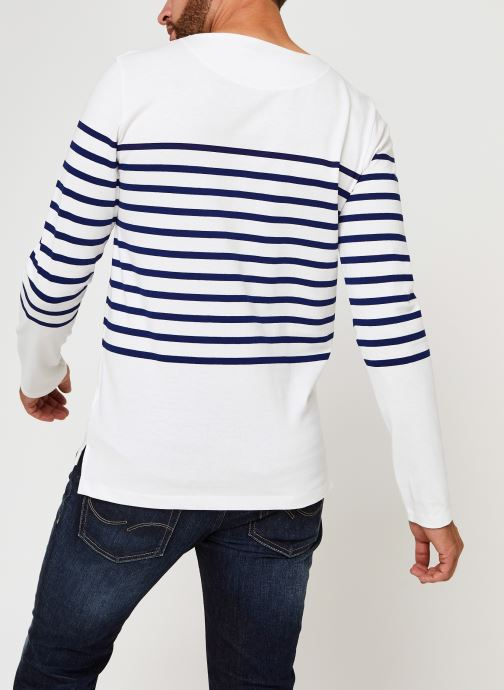 Vêtements Scotch & Soda Long Sleeve Tee In Engineered Breton Stripe Blanc vue portées chaussures