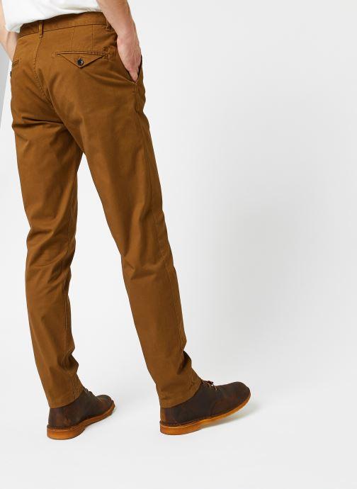 Vêtements Scotch & Soda Stuart - Classic Twill Chino With Stretch Marron vue portées chaussures