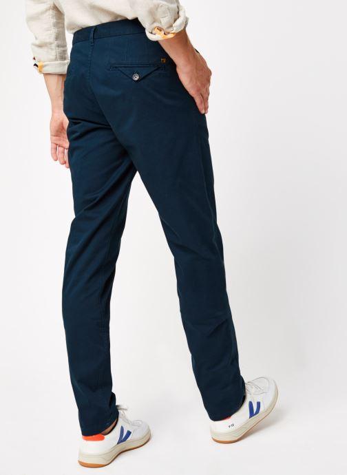 Vêtements Scotch & Soda Stuart - Classic Twill Chino With Stretch Bleu vue portées chaussures