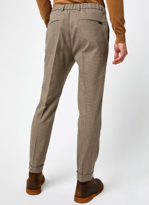 Vêtements Scotch & Soda Blake- Classic Structured Yarn-Dyed Pleated Chino Marron vue portées chaussures