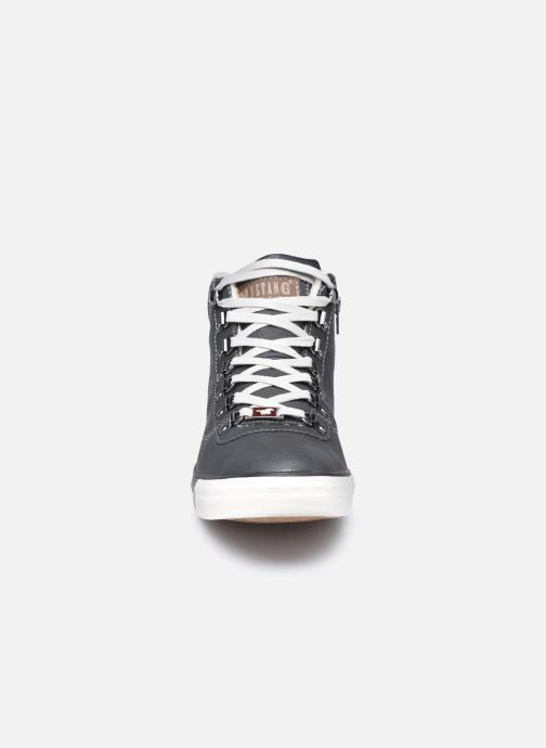 Sneakers Mustang shoes Drevy Nero modello indossato